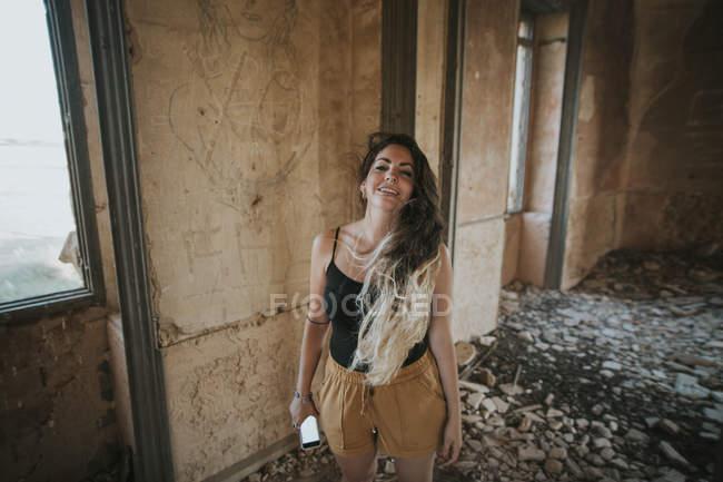 Ragazza allegra posa in camera abbandonata — Foto stock