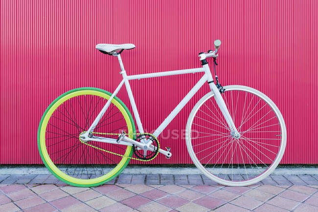 Міський велосипед зафіксував передачу на червоній стіні. Велосипед або їзда в міському середовищі, екологічна транспортна концепція. — стокове фото