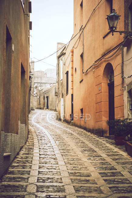 Exterior of idyllic mediterranean street scene — Stock Photo