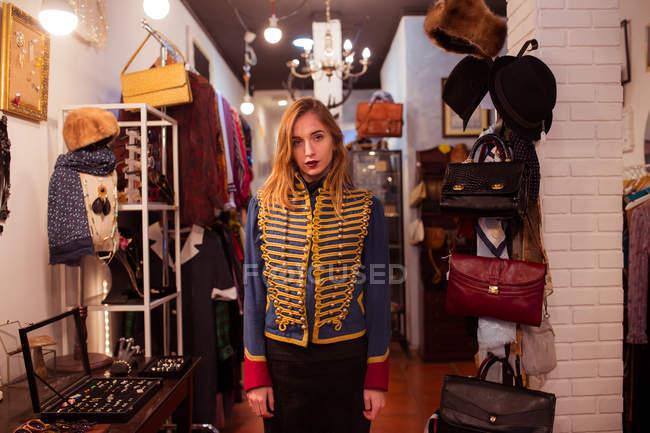 Menina jovem vestindo casaco uniforme e olhando para a câmera — Fotografia de Stock