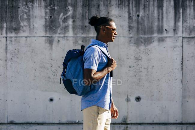 Человек ходит с рюкзаком — стоковое фото