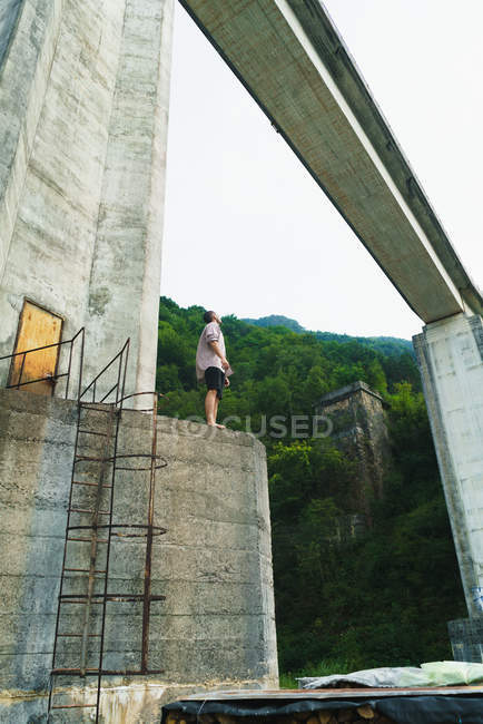 Hombre posando en vieja torre de hormigón - foto de stock