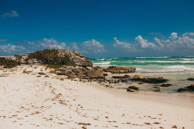 Краєвид тропічного прибережній пляжній з серфінгу океанських хвиль на тлі — стокове фото