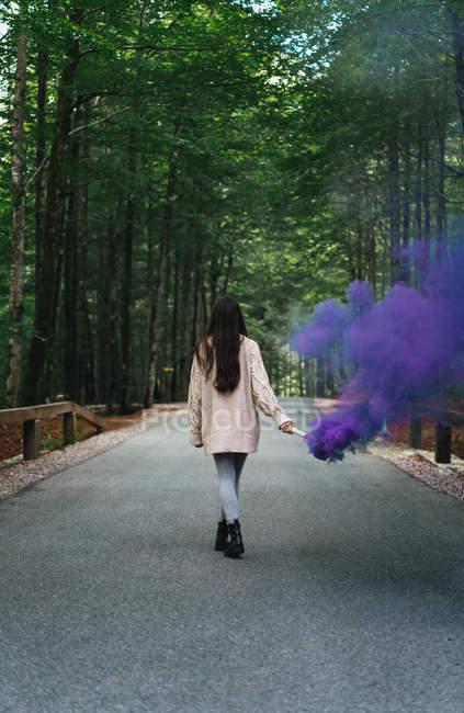 Жінка вигулює дим факел — стокове фото