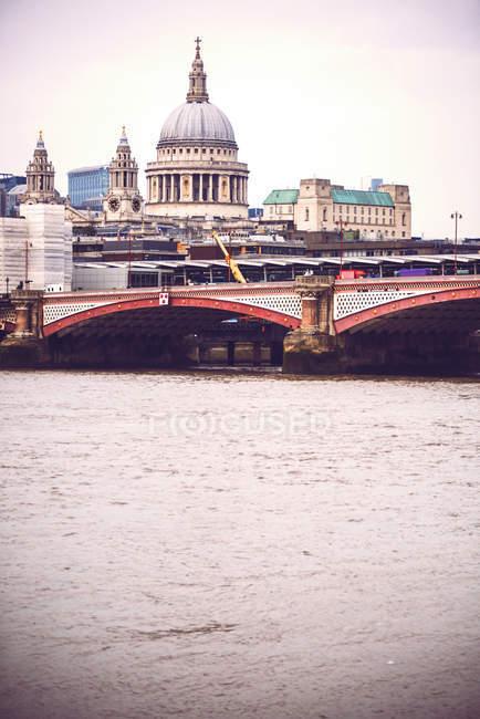 Вид на собор и речной мост — стоковое фото