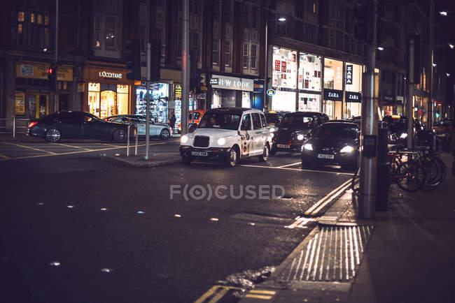 Лондон, Великобританія - 14 жовтня 2016: Лондон кабіни є на ніч вулиці. — стокове фото