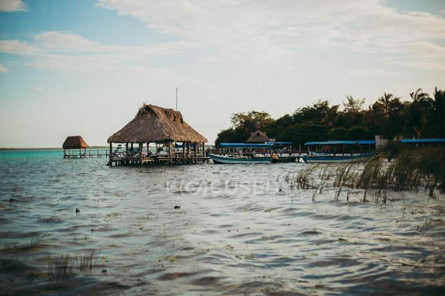 Paesaggio di edifici resort su acqua e barche ormeggiate — Foto stock