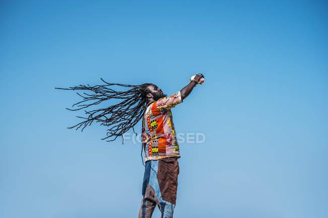 African man with dreadlocks on blue sky — Stock Photo