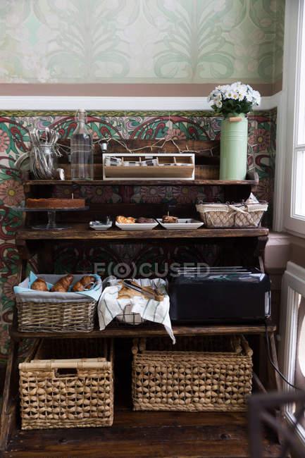 Stand de café con diferentes pasteles y dulces - foto de stock