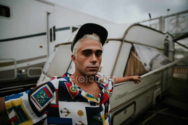 Homme aux cheveux décolorés en regardant la caméra — Photo de stock