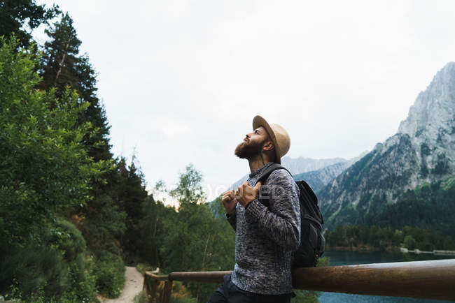 Turista al lago di montagna — Foto stock