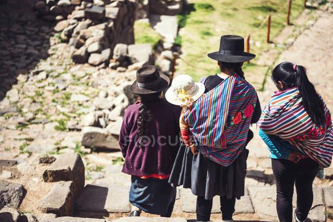 Вид сзади группы женщин, хождение по лестнице руины — стоковое фото