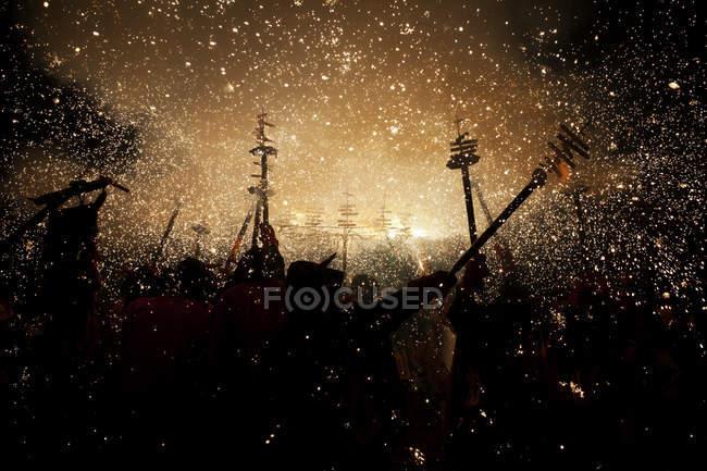 Feuerwerk über dem Publikum am Festival in der Dunkelheit — Stockfoto