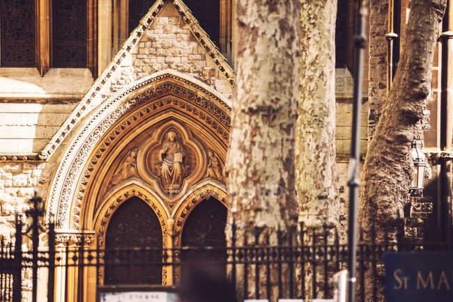 Außenansicht der katholischen Kirche Tür — Stockfoto