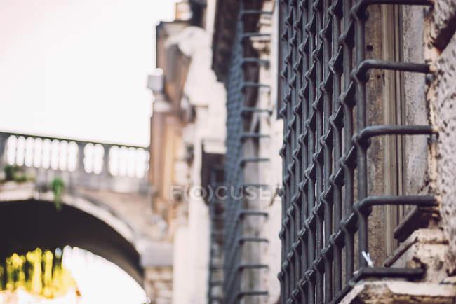 Chiuda sulla vista di grate di ferro vecchio su finestre sulla facciata di Palazzo Vecchio — Foto stock