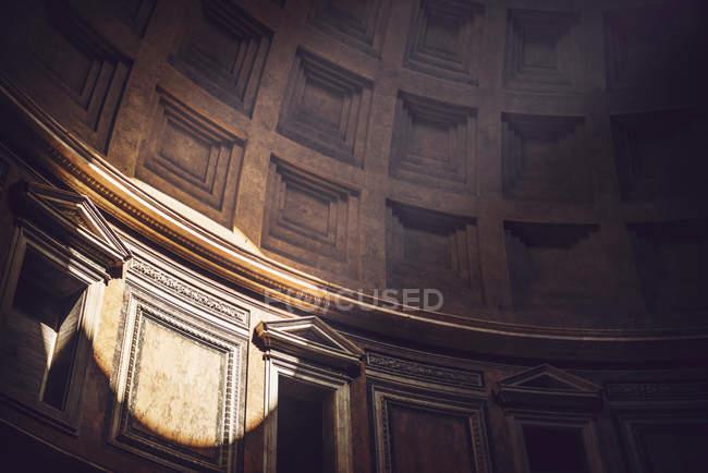 Sonnenstrahl-Kreis an den Wänden des Agrippa Pantheon in Rom — Stockfoto