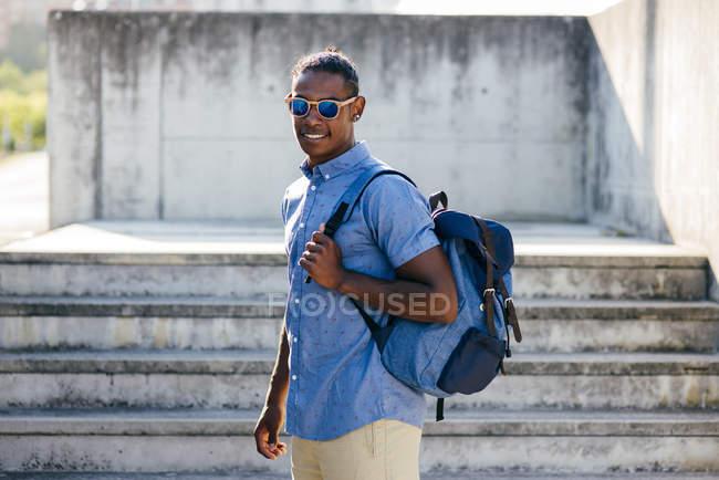 Hombre posando con mochila - foto de stock