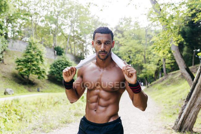 Athlet posando no parque — Fotografia de Stock