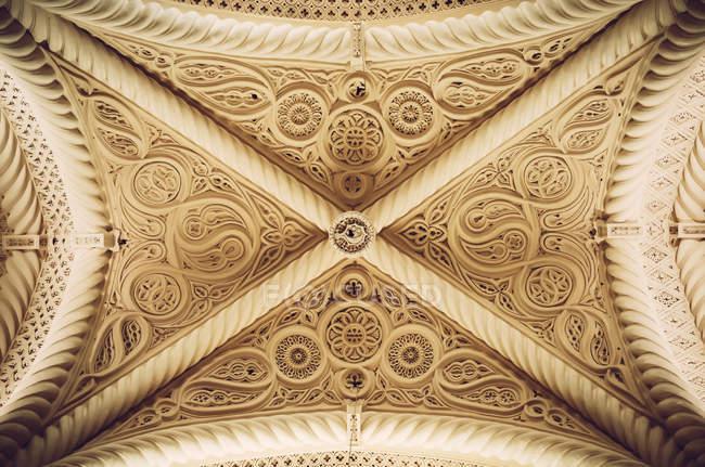 Vista inferior del techo adornado de Erice Catedral - foto de stock