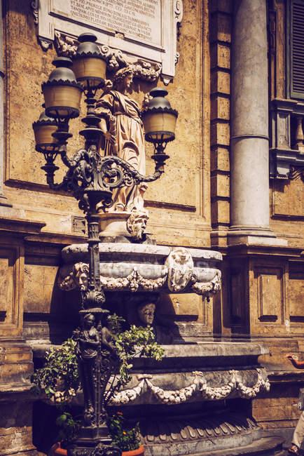 Деталь фасад багато прикрашений будівлі з барельєфами — стокове фото