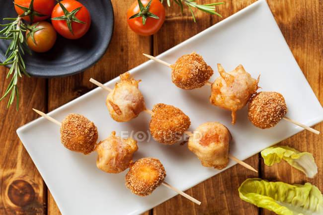 Teller von oben mit gebratenen Chicken Nuggets auf Holzstäbchen — Stockfoto