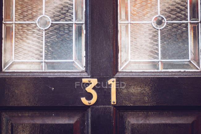 Номер на деревянные двери — стоковое фото