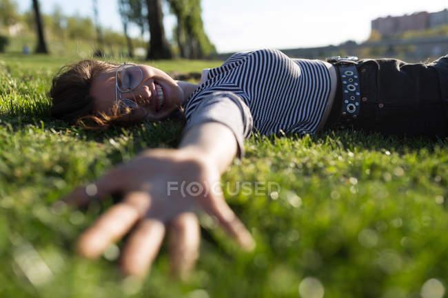 Поверхности уровня зрения женщина, лежа на траве — стоковое фото