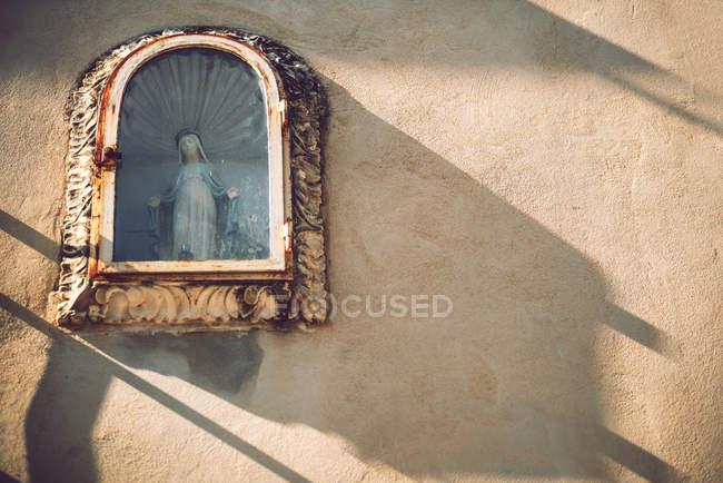 Статуя Діви Марії в засклені вікна на фасаді — стокове фото