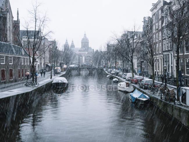 Vista al canal de Ámsterdam en un día nevado - foto de stock