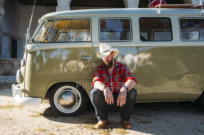 Бородатого мужчини в ковбойському капелюсі, спираючись на ретро Ван — стокове фото