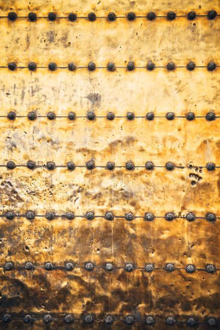 Puerta metálica medieval textura de la puerta de la mezquita . - foto de stock