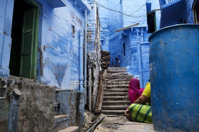 Красочная узкая улица, окрашенная в синий цвет. . — стоковое фото
