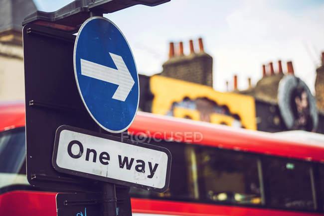Segnaletica stradale a senso unico sulla strada di Camden Town, Londra — Foto stock
