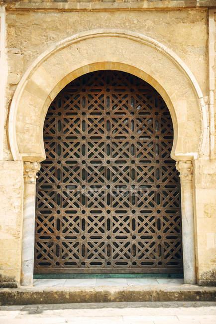 Exterior de la fachada de la mezquita de Córdoba con arco adornado - foto de stock