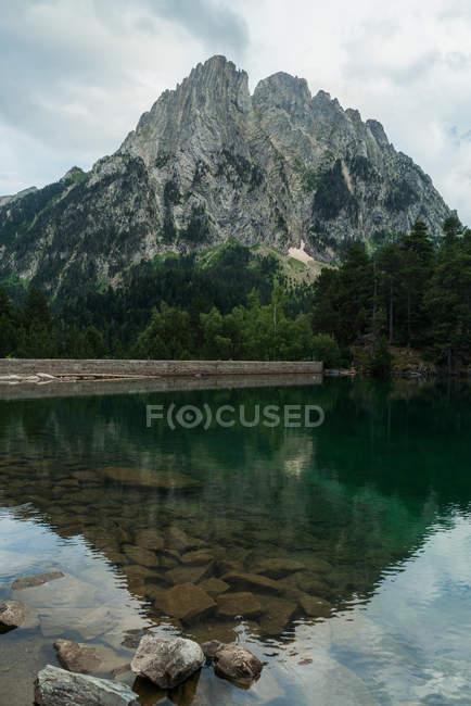 Озеро с отражением горной вершины — стоковое фото