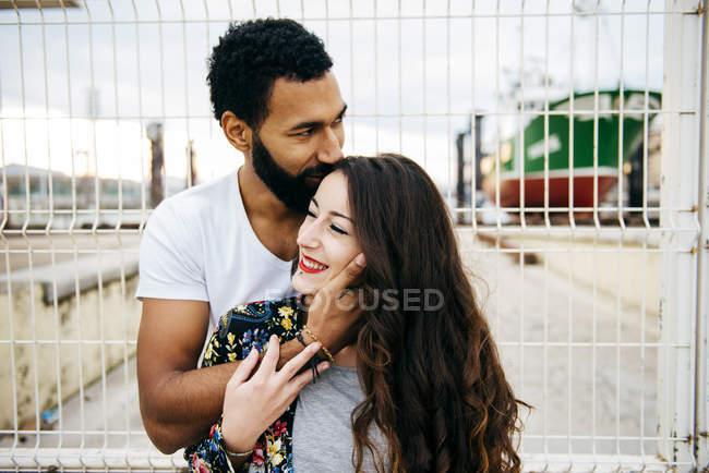Couple sensuel près de la clôture du quai — Photo de stock