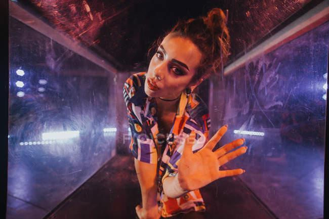Femme montrant la main à la caméra — Photo de stock