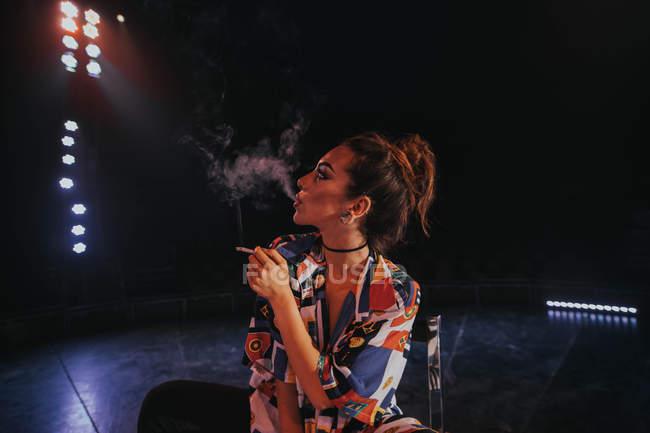 Frau mit Zigarette Rauch Ausatmen — Stockfoto