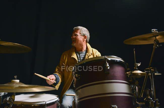 Веселый барабанщик, играя на сцене — стоковое фото