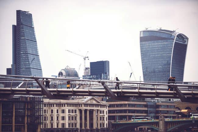 Вид на концептуальные стеклянные небоскребы и пешеходный мост — стоковое фото