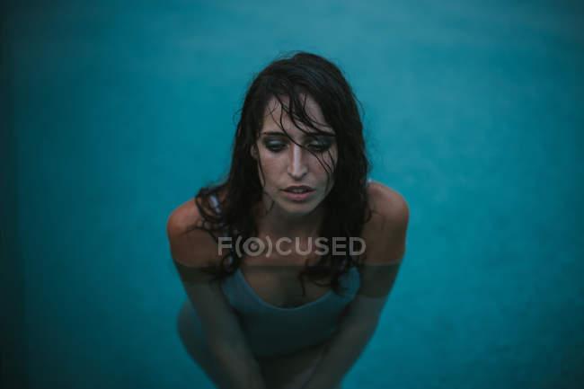 Ritratto di donna in canottiera bagnata in posa in piscina — Foto ...