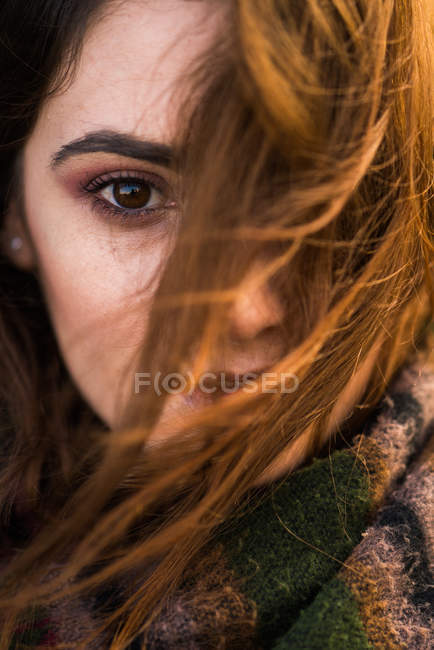 Porträt einer jungen Frau mit fliegendem Haar. — Stockfoto