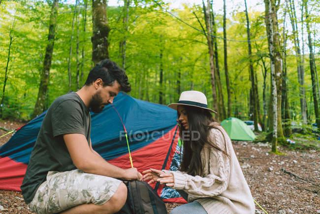 Coppia in campeggio nei boschi — Foto stock