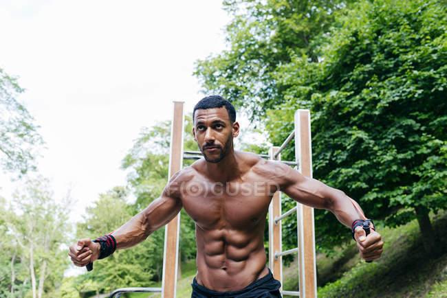 Спортсмен показывает мышечное облегчение на теле — стоковое фото