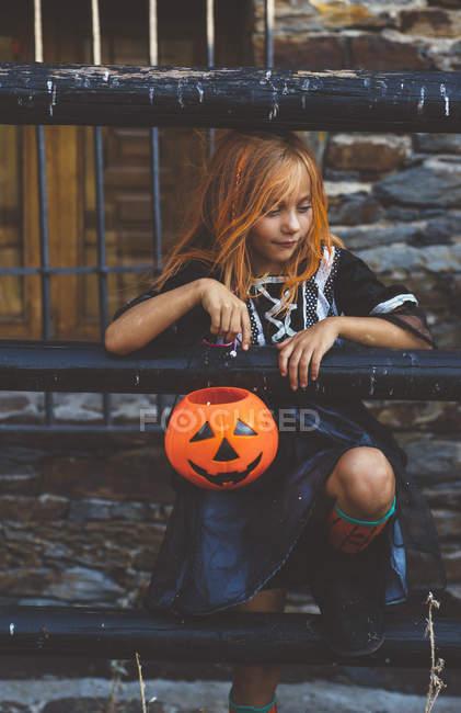 Девушка позирует с ведром для Хэллоуина — стоковое фото