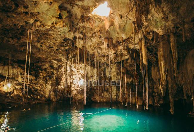 Камни, висит над светлой бирюзовой водой — стоковое фото