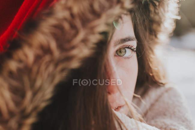 Ritratto di ragazza in cappuccio invernale guardando sensualmente la macchina fotografica — Foto stock