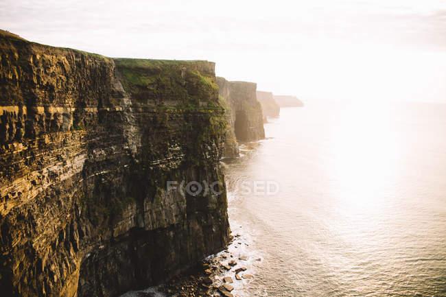 Senkrechte Klippe über ruhige sescape — Stockfoto