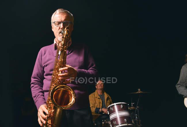 Senior spielt Saxofon auf der Bühne — Stockfoto