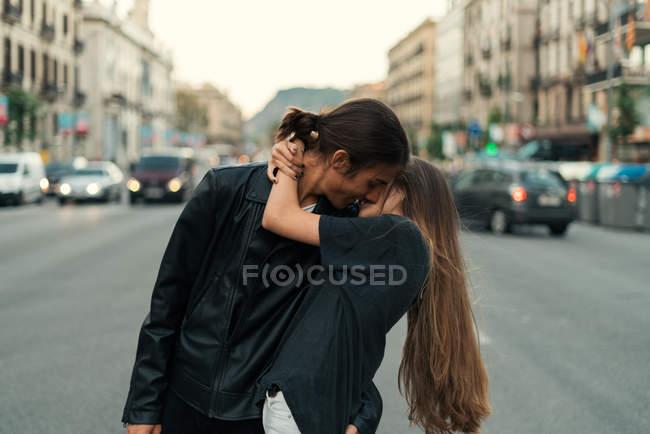 Portrait de jeune couple élégant embrasser et embrasser sur la route de la ville . — Photo de stock